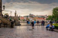 Toeristen die het Kasteel van Charles Bridge en van Praag in Praag tijdens Zonsondergang bekijken, Tsjechische Republiek stock fotografie