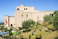 Toeristen die het museum Skanderbeg van Kruja bezoeken royalty-vrije stock foto's