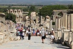Toeristen die het oud Grieks en Roman Library Of Celsus bewonderen bij E Royalty-vrije Stock Foto