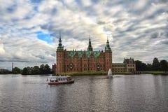Toeristen die het paleis van Frederiksborg op de plezierboot, Denemarken bezoeken stock foto's