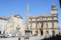 Toeristen die in het vierkant van de republiek in Arles lopen Stock Foto