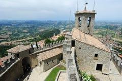 Toeristen die La Rocca bezoeken fortless op Borgo Maggiore, San Marin royalty-vrije stock fotografie