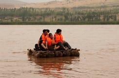 Toeristen die langs de Gele Rivier Huang He op een schapehuidvlotten drijven Stock Fotografie
