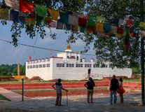 Toeristen die Maya Devi Temple in Lumbini bewonderen royalty-vrije stock foto