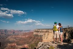 Toeristen die met rugzak in Grand Canyon wandelen royalty-vrije stock afbeelding