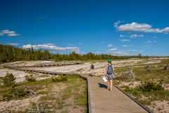 Toeristen die met rugzak in Yellowstone wandelen Royalty-vrije Stock Foto