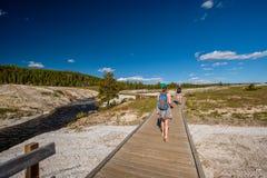 Toeristen die met rugzak in Yellowstone wandelen Stock Afbeelding