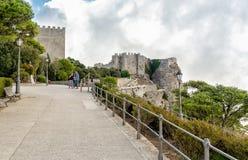 Toeristen die middeleeuws Venus Castle in historische stad Erice boven Onderstel Erice in Sicilië bezoeken royalty-vrije stock fotografie