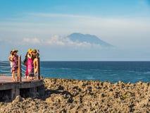 Toeristen die MT bekijken Agung in Bali royalty-vrije stock afbeelding