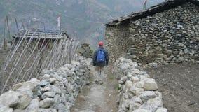 Toeristen die in Nepalees dorp Prok, trek rond berg Manaslu, Nepal lopen stock videobeelden