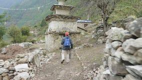 Toeristen die in Nepalees dorp Prok, trek rond berg Manaslu, Nepal lopen stock video