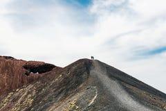 Toeristen die omhoog de hellingen van Onderstel Etna wandelen royalty-vrije stock afbeeldingen
