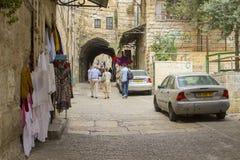 Toeristen die omhoog de Straat van de Leeuwenpoort in de oude stad Jerusale wandelen stock afbeelding