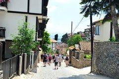 Toeristen die onderaan Straat van Ohrid, Macedonië lopen Royalty-vrije Stock Foto's