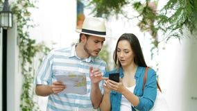 Toeristen die online hotel boeken en beste aanbieding vinden stock videobeelden