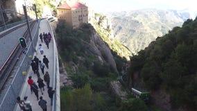 Toeristen die op Bergweg dichtbij Sporen lopen stock videobeelden