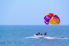Toeristen die op Candolim-Strand in Goa, India parasailing Stock Fotografie