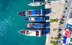 Toeristen die op dagelijkse cruiseschepen inschepen in Nikiana Lefkada Gree stock afbeeldingen
