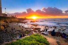 Toeristen die op de beautifal zonsondergang letten in La Jolla stock afbeelding