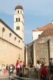 Toeristen die op de beroemde Placa-straat in Dubrovnik lopen Royalty-vrije Stock Foto