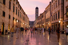 Toeristen die op de beroemde Placa-straat in Dubrovnik lopen Stock Afbeelding