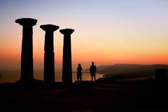 Toeristen die op de Zonsondergang letten bij de Tempel van Athena Stock Afbeelding