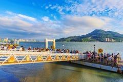 Toeristen die op een pijler op een tourboat wachten Stock Foto's