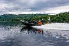 Toeristen die op een RIBboot speedboating, Loch Ness royalty-vrije stock fotografie