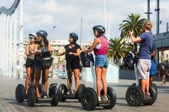 Toeristen die op een Segway-reis van Barcelona bezienswaardigheden bezoeken Stock Foto's