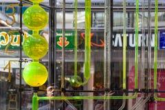 Toeristen die op een wateruurwerk in het Europa Centrum van Berlijn letten Royalty-vrije Stock Afbeeldingen
