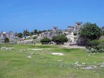 Toeristen die op Excursie Mayan Ruïnes doorlezen royalty-vrije stock fotografie