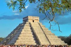 Toeristen die op het bevederde serpent letten kruipend onderaan de tempel ('equinox' 21 Maart 2014) Royalty-vrije Stock Fotografie