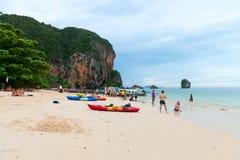 Toeristen die op het populaire strand van Railay ontspannen Pranang Royalty-vrije Stock Fotografie