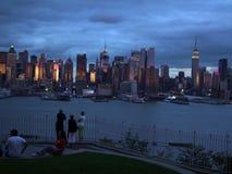 Toeristen die op het silhouet van Lower Manhattan letten bij de achtergrond van de nachthemel stock afbeeldingen