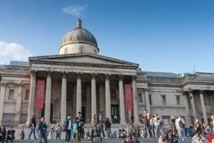 Toeristen die op Trafalgar Square, op achtergrond lopen de Ingezetene Stock Fotografie