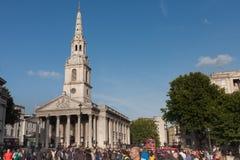Toeristen die op Trafalgar Square, op achtergrond St Martin i lopen Royalty-vrije Stock Fotografie