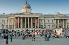 Toeristen die op Trafalgar Square lopen Royalty-vrije Stock Afbeeldingen