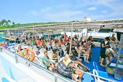 Toeristen die op veerboot in Koh Phi Phi Pier ontspannen Royalty-vrije Stock Foto