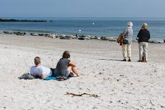 Toeristen die op verbindingen letten bij strand van Duin, Duits eiland dichtbij Hel royalty-vrije stock fotografie