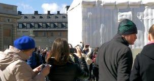 Toeristen die op Wacht Mount van de Koninklijke Cavalerie letten stock video