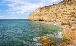Toeristen die op zandig strand in Portugal ontspannen Royalty-vrije Stock Afbeeldingen