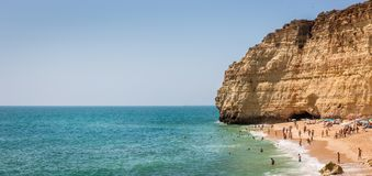 Toeristen die op zandig strand in Portugal ontspannen Royalty-vrije Stock Fotografie