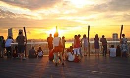 Toeristen die op zonsondergang, Singapore letten Royalty-vrije Stock Fotografie