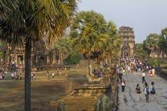 Toeristen die op zonsopgang, de tempel van Angkor letten Wat Stock Fotografie
