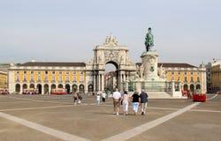 Toeristen die over het Vierkant van het Paleis in Lissabon lopen stock fotografie