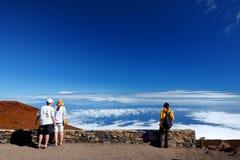 Toeristen die overweldigende landschapsmening van Haleakala-vulkaangebied bewonderen van de top Maui, Hawaï, stock foto's