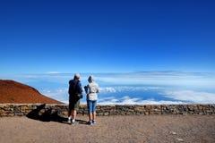Toeristen die overweldigende landschapsmening van Haleakala-vulkaangebied bewonderen van de top Maui, Hawaï, royalty-vrije stock fotografie