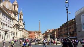 Toeristen die in Piazza Navona in Rome van een zonnige dag genieten stock videobeelden