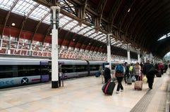 Toeristen die Post Paddington verlaten Stock Foto's