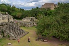 Toeristen die in ruïnes van de oude Mayan stad van Ek lopen Balam Stock Fotografie